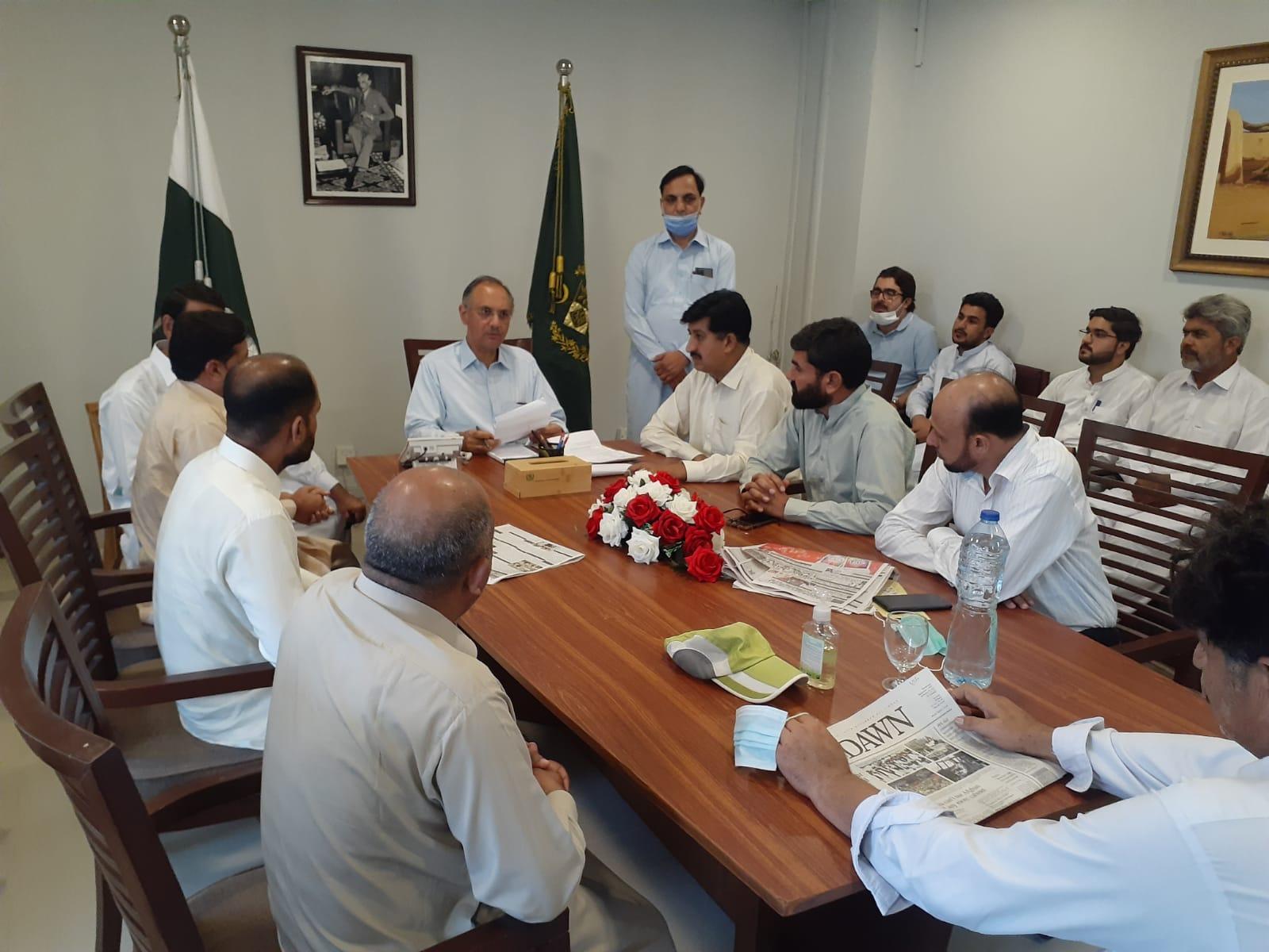 وفاقی وزیربرائے اقتصادی امورجناب عمرایوب خان اسلام آباد آفس میں حلقے کے مختلف علاقہ جات سے آنے والے سائلین سے ملاقات کرتے ہوئے  انکےمطالبات سن رہے ہیں۔